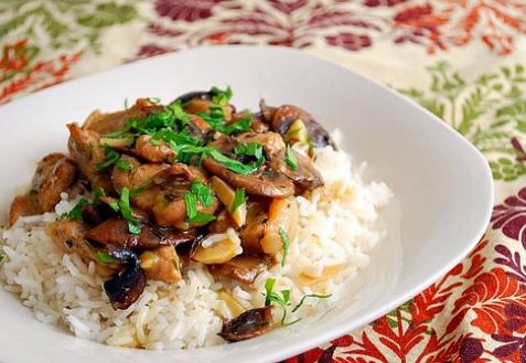Рецепт - Мясо с грибами в винном соусе