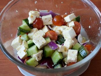 Кладем овощи и сыр