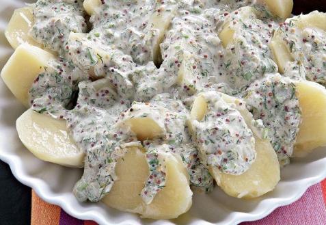 Картофельный салат сосметанно-горчичным соусом