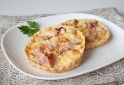Тарталетки с копченой курицей и картофелем