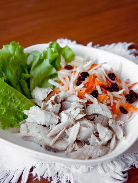 Салат из курицы с морковью и яблоком