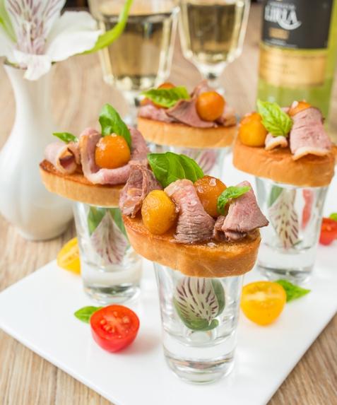 Рецепт на Новый год: Мини-брускетты с уткой и карамелизированными яблоками
