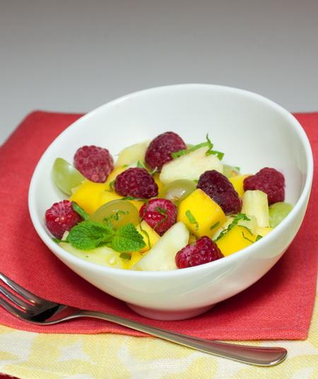 Салат из экзотических фруктов с малиной