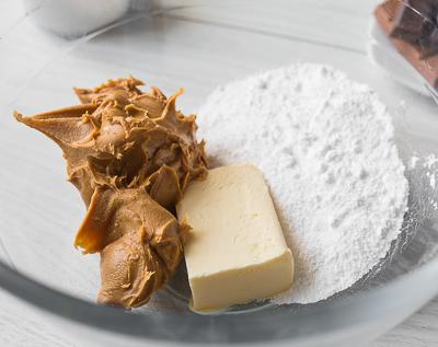 Кладем ингредиенты в миску