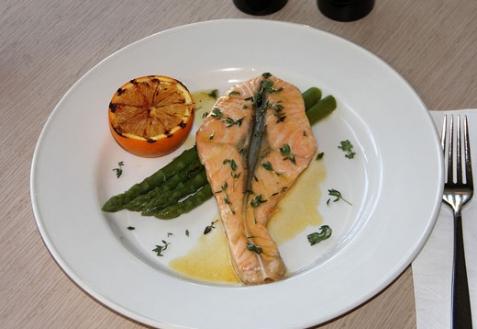Семга с соусом из белого вина со спаржей