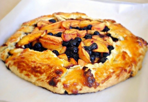 Рецепт - Пирог с персиками и черникой