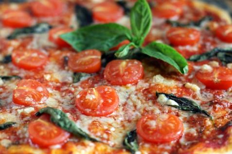 Рецепт - Пицца с помидорами черри и базиликом