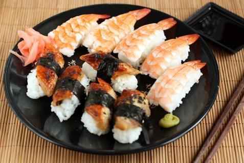 Рецепт - Суши с креветкой, угрем и омлетом