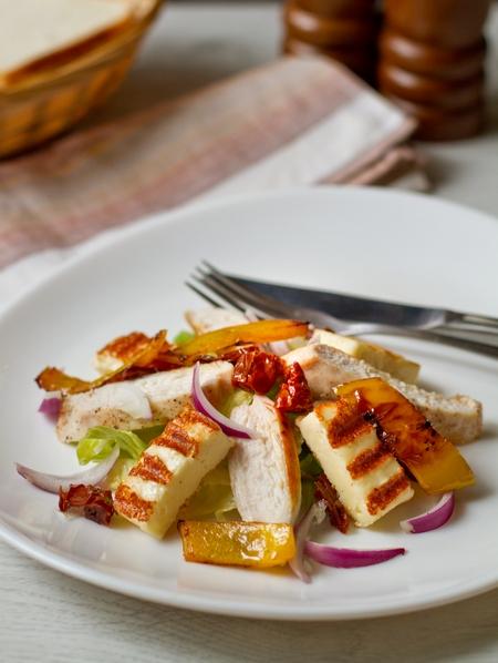 Салат с курицей, вялеными томатами и жареным сыром