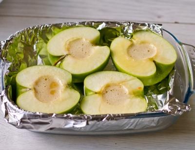 Кладем яблоки в форму