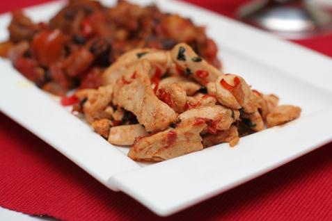 Обжаренная курица с базиликом и чили