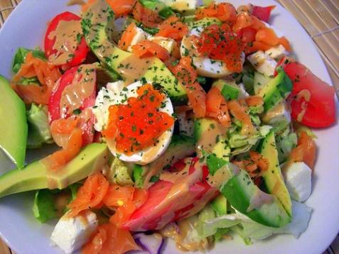 Салат с лососем и икрой - рецепт