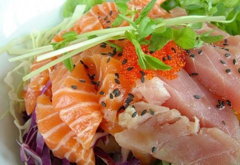 Салат из лосося, тунца с икрой из летучей рыбы