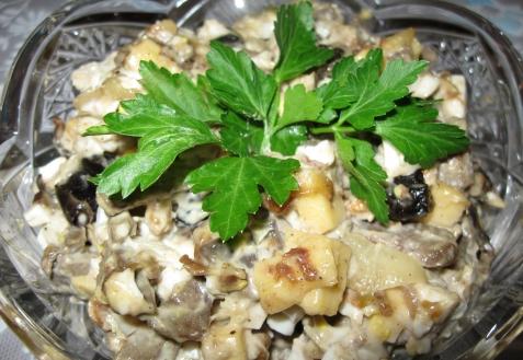 Салат с печенью, грибами и черносливом