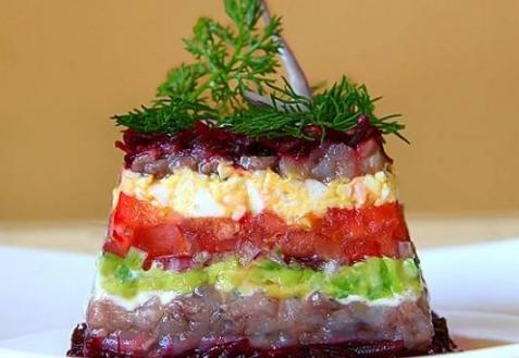 Салат с сельдью, свеклой и авокадо