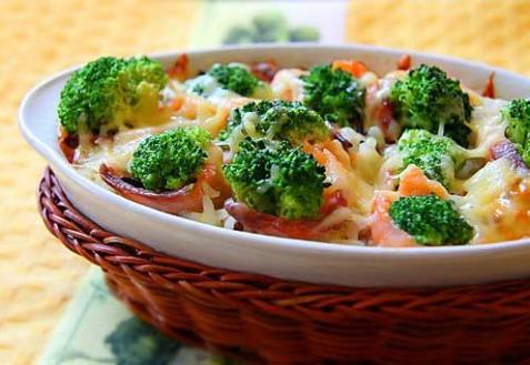 Запеканка из брокколи с беконом и картофелем