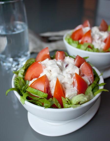 Салат из грудки курицы с помидорами