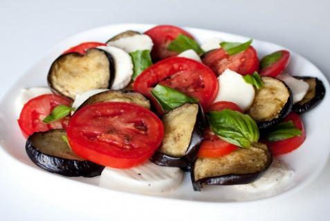 Салат из баклажанов и помидоров с моцареллой