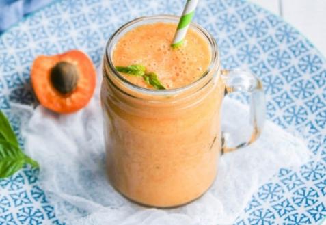 Смузи с абрикосом, арбузом и базиликом