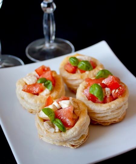 Салат «Капрезе» в слоеных стаканчиках