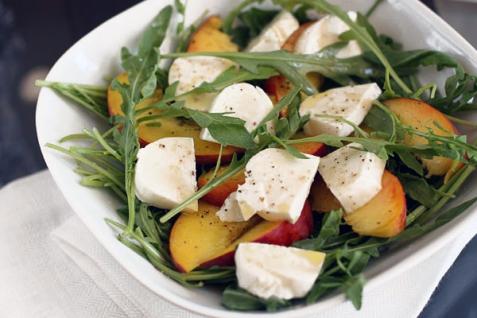 Рецепт - Салат с персиками и моцареллой