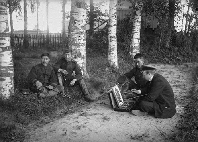 Иван Владимиров (справа) делает зарисовки с группы пленных японских офицеров. 1900-е