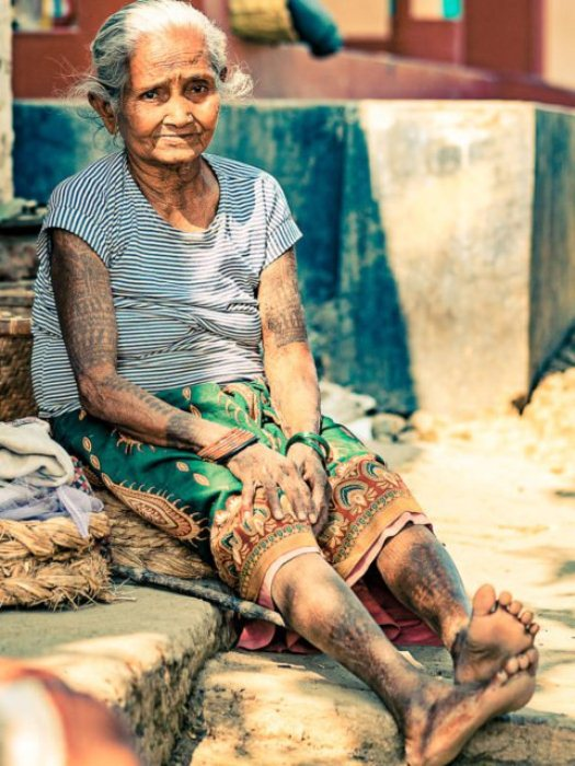 В племени тхару осталось всего несколько женщин с татуировками.