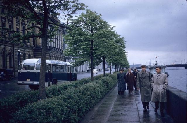 Туристы, гуляющие по набережной. СССР, Ленинград, 1959 год.