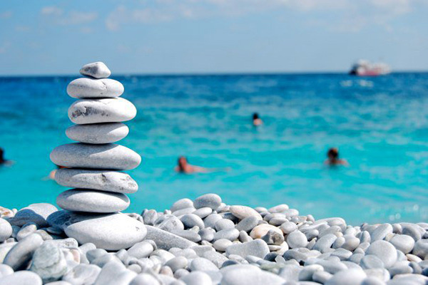 В Греции туристов будут штрафовать на €1 тыс. за кражу гальки с пляжа