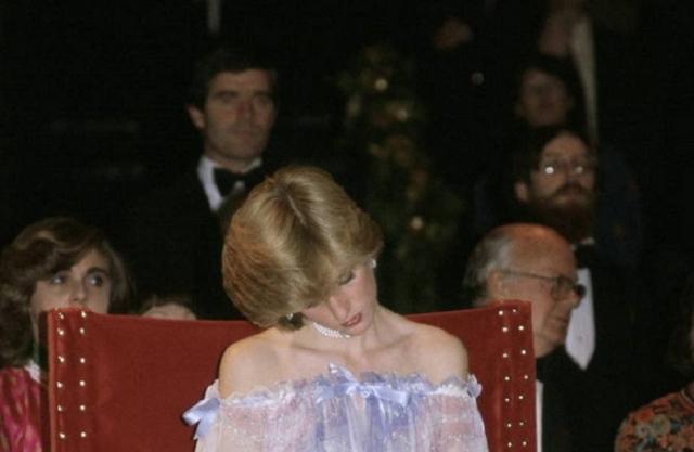 Принцесса Диана задремала на мероприятии в музее Альберта и Виктории в 1981 году. | Фото: ofigenno.com.