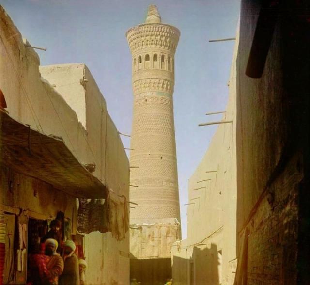 Большая круглая башня, с которой служитель мечети призывает верующих на молитву.