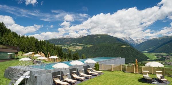 Итальянский отель Hotel Hubertus может похвастаться 25-метровым бассейном, расположенным на высоте 12-ти метров