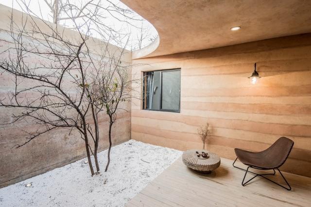 Фото: Необычный пещерный домик, у которого очень красиво и стильно внутри (Фото)