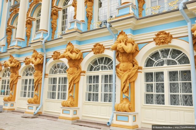 Позолоченное украшение фасада Екатерининского дворца. | Фото: you4travel.ru.
