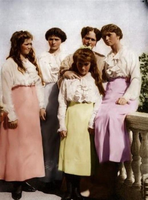 Императрица Александра Федоровна с дочерьми.