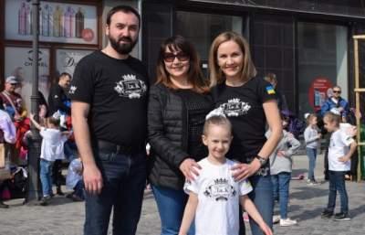 Жители Ужгорода устроили танцевальный флешмоб. Фото