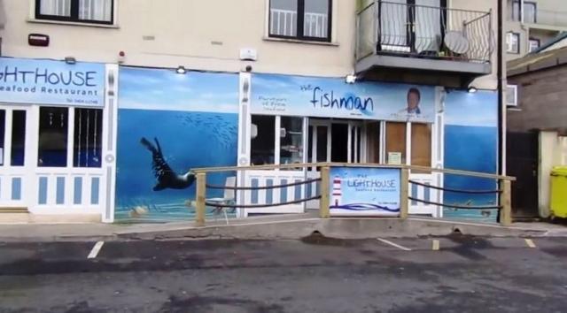 Тюлень Сэмми стал завсегдатаем рыбного ресторана