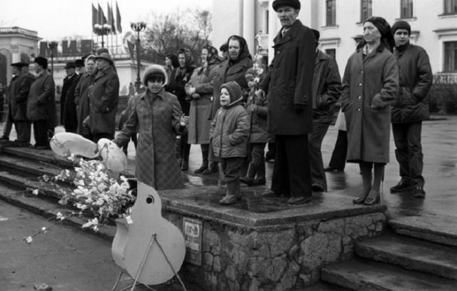 Перед началом первомайской демонстрации в Кузнецком районе. СССР, Новокузнецк, Площадь Ленина, 1 мая 1983 года.
