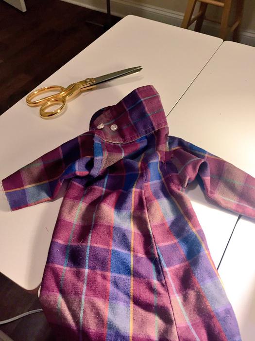 Николь пошила для Чеддера одежду из рукава фланелевой рубашки.