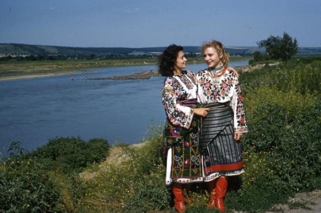 Украинки в национальных костюмах.