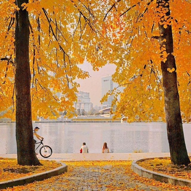 Осень, но не холодно ничуть, Солнце озарило землю светом. Бабье лето начало свой путь, Путь ... - 2