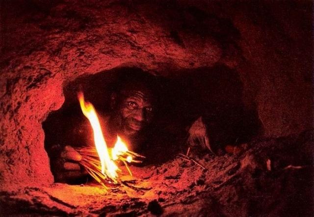 Охотник зажигает лучины, чтобы хоть что-то видеть.