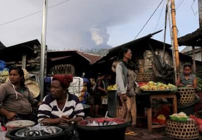 Опубликованы впечатляющие снимки извержения вулкана Агунг на Бали. Фото