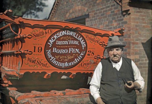 Портрет фермера рядом с его повозкой в Кроуленде, Линкольншир.