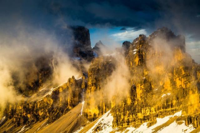 Когда лучи солнца касаются горных вершин и склонов, Доломитовые Альпы приобретают кремово-розовые оттенки.