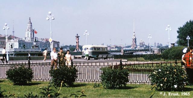 Вид на Петропавловскую крепость и Ростральную колонну. СССР, Ленинград, 1965 год.