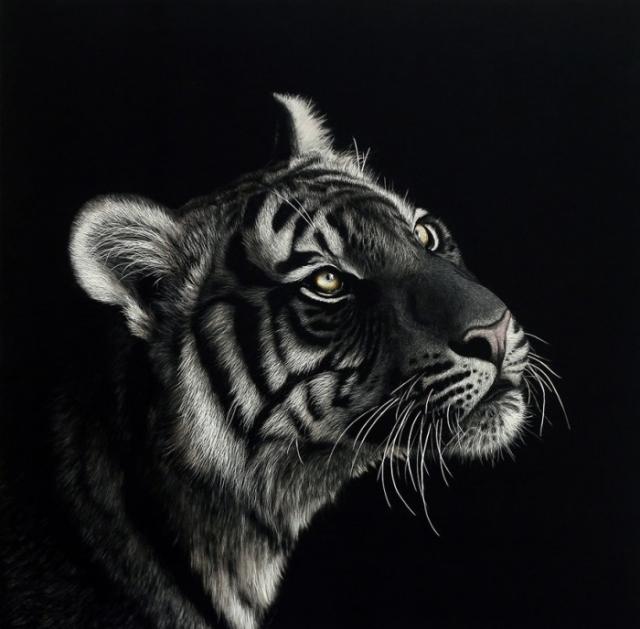 Как только работа завершена, вся картина покрывается специальным лаком, который защищает портрет от возможных повреждений.