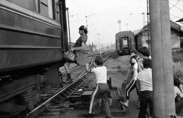 Последнее мгновение перед отправлением. СССР, Новокузнецк, 1980 годы.