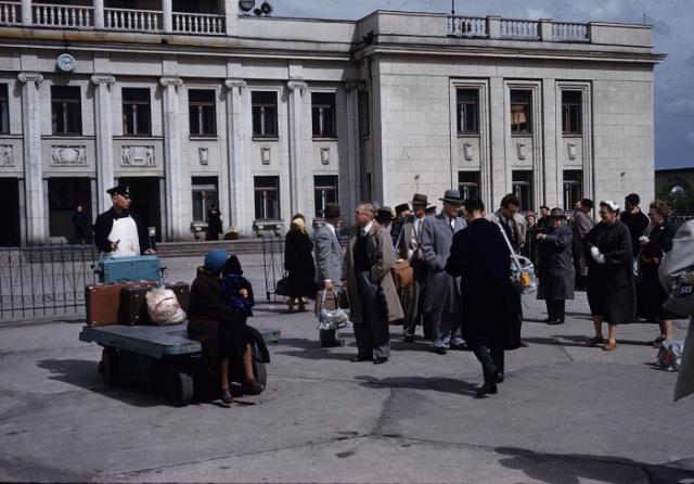 Толпа туристов возле международного аэропорта Шоссейная. СССР, Ленинград, 1959 год.