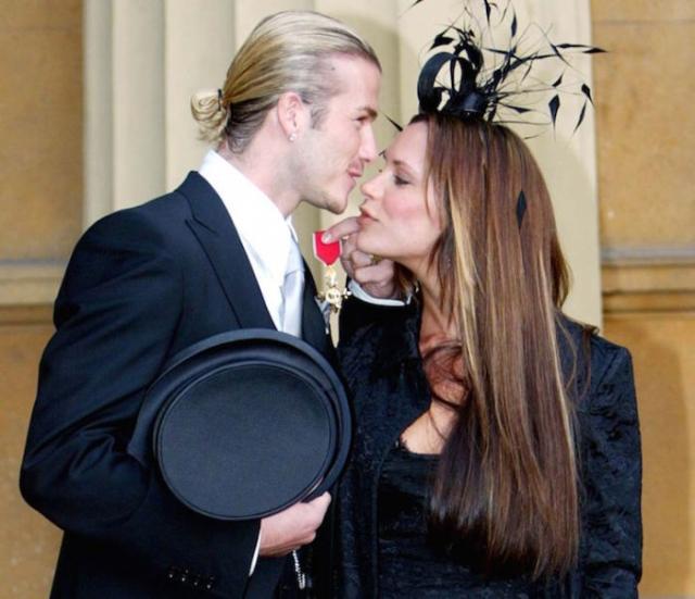 2003 год: Королева Елизаветта II наградила Дэвида Бекхэма орденом Офицера Британской Империи. / Фото:  www.inmyway.org
